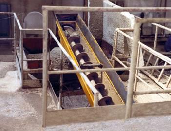 Screw conveyors for fresh concrete